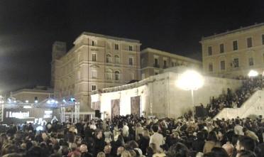 Cagliari, la folla nel piazzale del Bastione per l'inizio del tour in Sardegna di Roberto Saviano