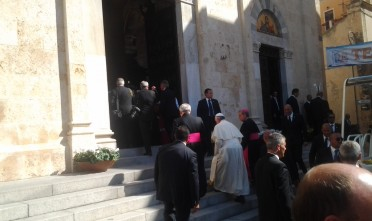 L'arrivo del Pontefice in Cattedrale, dove incontrerà i detenuti e gli infermi