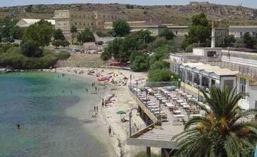Cagliari, sabbia e pietre dalla spiaggia per l\'hotel Calamosca ...