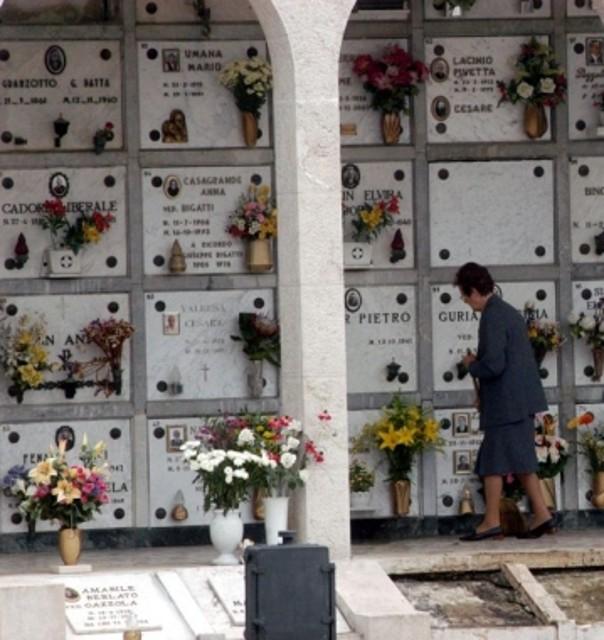 Cagliari file nei cimiteri per ognissanti bimbi in festa for Disegni di cabina di log gratuiti
