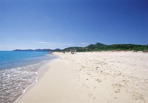 Piscina rei maxi rissa tra due famiglie di turisti per un posto in spiaggia - Spiaggia piscina rei ...