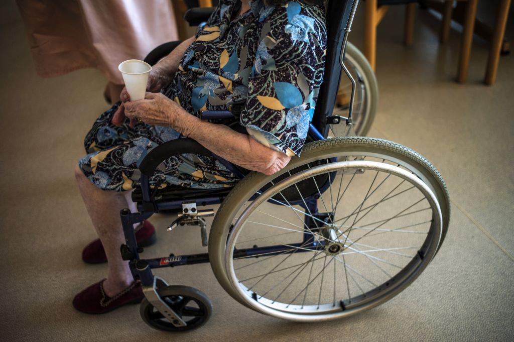 Cagliari, scippata anziana in sedia a rotelle. Aggressore in