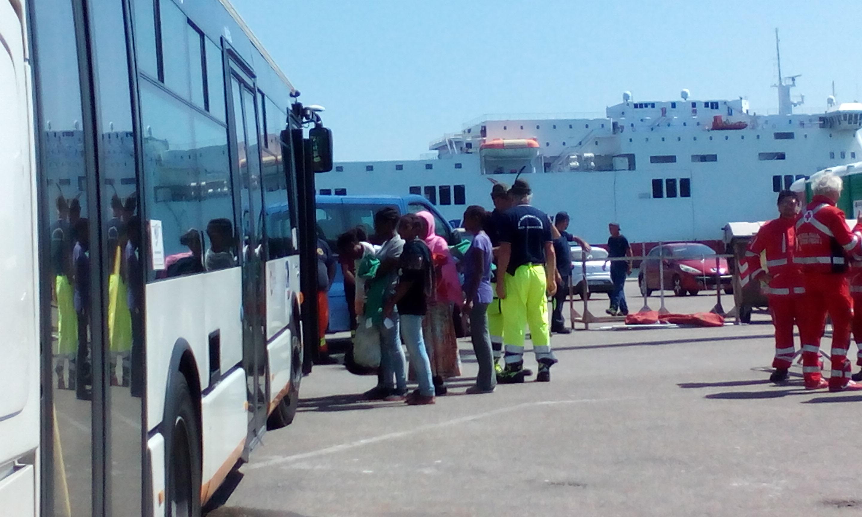 Arrivati 963 migranti a cagliari 331 eritrei lasceranno for Isola arreda cagliari