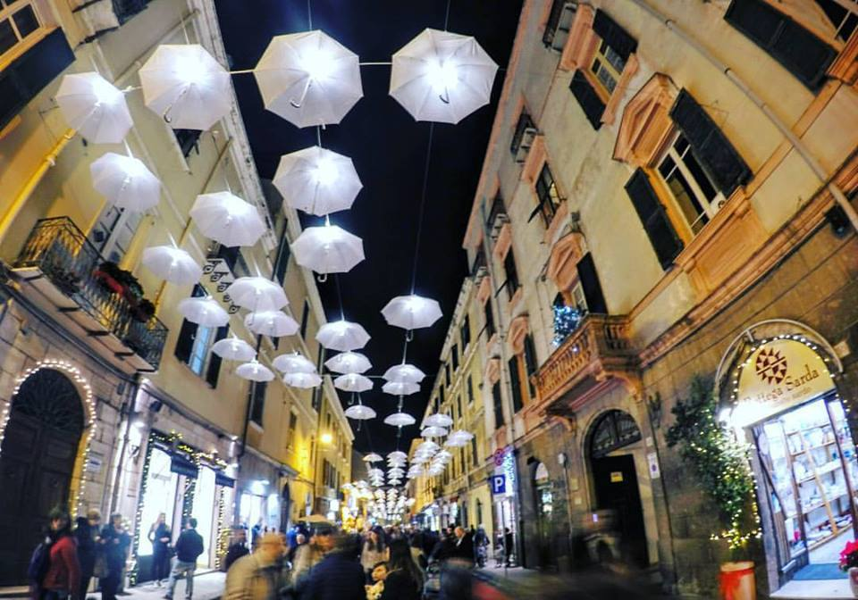 A sassari ombrelli in aria: il centro storico si fa laboratorio