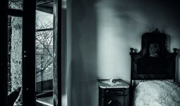 """©L.Corda - Casa Gramsci. Al Piano di sopra, nella camera da letto dei nonni, quella col soffitto a """"cannizzada"""", c'era una vecchia scansi segnata dai tarli, piena di fotografie, di libri e di carte."""
