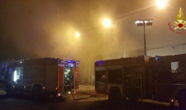 Olbia fiamme in discarica Vigili del fuoco notte