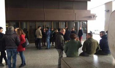Sit-in dipendenti Forestas sotto Consiglio regionale a Cagliari