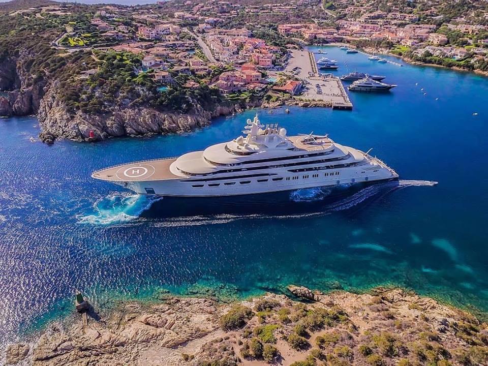 A Porto Cervo ecco il mega yacht Dilbar: è il quarto panfilo più lungo del mondo