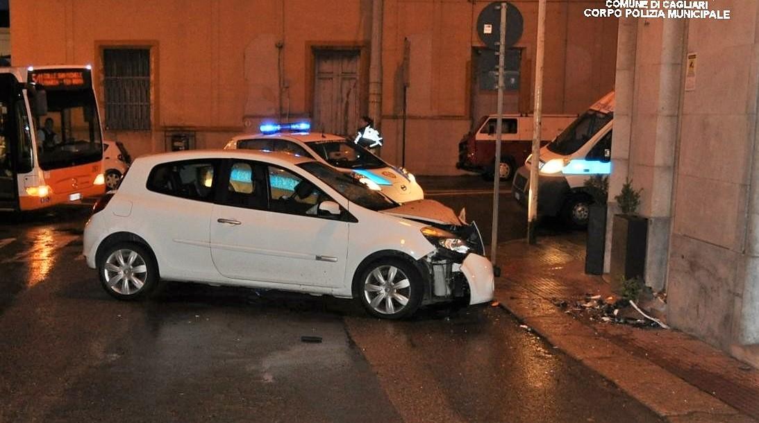 Cagliari, beve e poi guida in via Roma: finisce con l'auto contro un palazzo - SardiniaPost